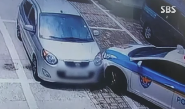 경찰이 주차된 차량을 들이받는 모습. /SBS 캡쳐