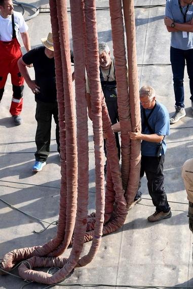 2019년 6월 11일  헝가리 부다페스트 다뉴브강 허블레아니호 인양현장에서 인양을 위해 크레인을 준비하고 있는 모습. /AFP 연합뉴스