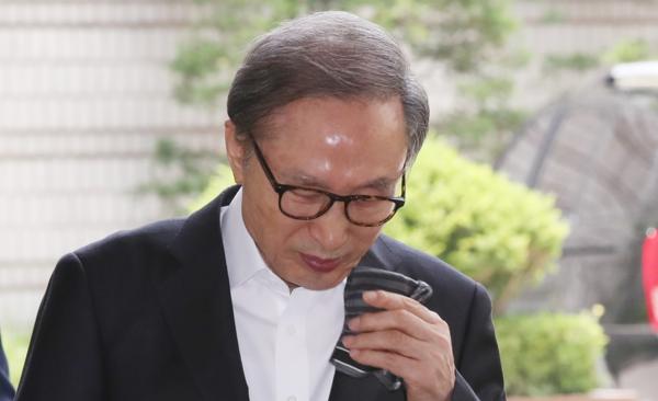이명박 전 대통령이 17일 서울고법에서 열리는 자신의 항소심 공판에 출석하고 있다. /연합뉴스