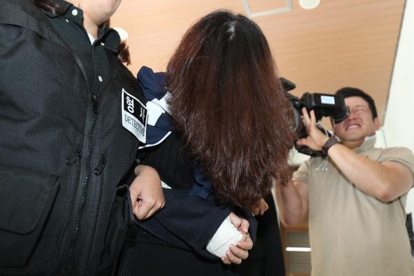 '제주 전 남편 살해 사건' 피의자 고유정이 12일 오전 제주 동부경찰서에서 제주지검으로 송치되고 있다. /연합뉴스