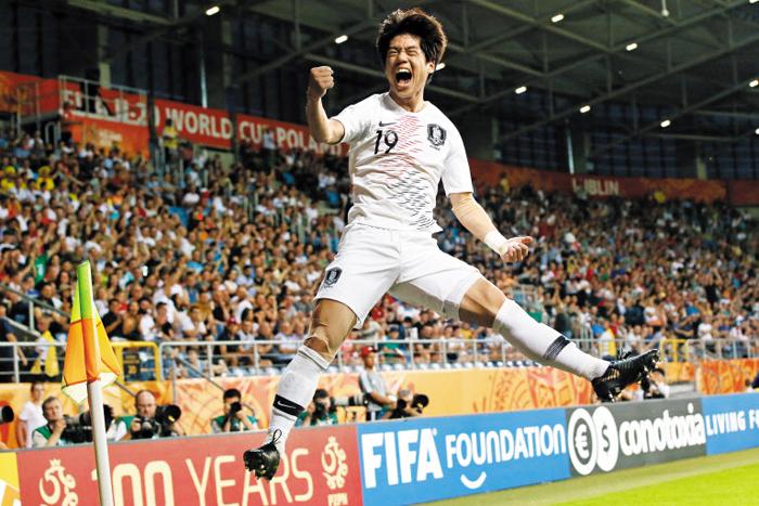 """한국 축구사 새로 쓴 한 방… 파죽지세 청춘들, U-20 결승행 - 한국 축구사를 새로 쓴 한 방이었다. 최준이 12일 오전 에콰도르와 벌인 U-20(20세 이하) 월드컵 4강전(폴란드 루블린)에서 전반 39분 선제 결승골을 터뜨린 후 포효하는 모습. 그는 경기 후 """"차는 순간 '들어갔다' 싶었다""""고 말했다. 한국 남자 축구가 FIFA(국제축구연맹) 주관 대회 결승전에 오르기는 이번이 처음이다. 한국은 오는 16일 오전 1시 우크라이나와 우승을 다툰다."""