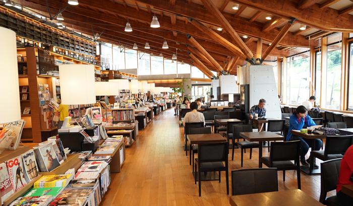 지난 3일 일본 사가현 다케오시의 다케오도서관에서 시민들이 커피를 마시거나 책을 읽고 있다.