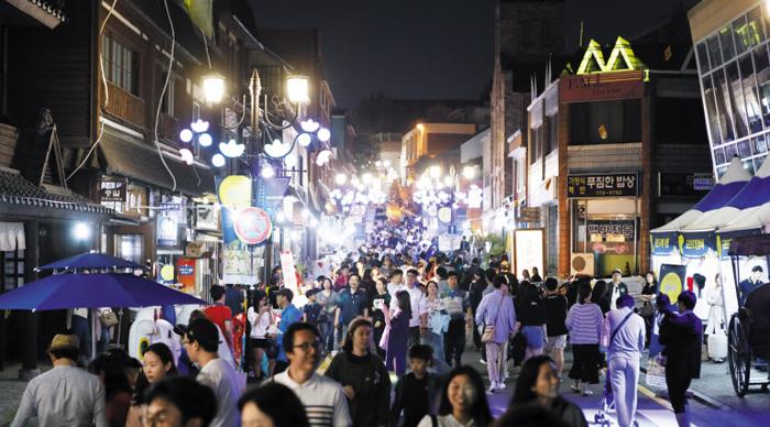 인천시 중구 개항장 거리가 야행을 즐기러 나선 시민들로 북적이고 있다. 1883년 개항 이후 지은 건축 문화재가 들어서 있다.
