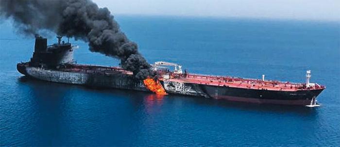 13일(현지 시각) 이란 주변 호르무즈해협 인근 오만해에서 기뢰 공격을 받은 것으로 추정되는 유조선이 화염에 휩싸여 연기가 치솟고 있다. AP 등 외신에 따르면 이날 일본 해운업체 소속 유조선 고쿠카 코레이저스호와 노르웨이 선사 소유 프런트 알타이르호가 어뢰와 기뢰 공격 등을 받았다. 이란 국영 IRNA통신은 두 유조선에 타고 있던 선원 44명은 모두 구조됐다고 보도했다.아베 신조 일본 총리가 미·이란 간 중재를 위해 12일부터 2박 3일 일정으로 이란을 방문 중인 가운데 이 지역에서 지난달에 이어 유조선이 공격받으면서 중동 지역 긴장감이 고조되고 있다.