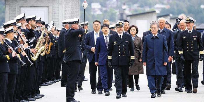 노르웨이를 국빈 방문 중인 문재인 대통령이 13일 오후(현지 시각) 베르겐 호콘스벤 해군기지에서 함대 의장대를 사열하고 있다. 문 대통령 부부는 대우조선해양이 건조한 군수지원함인 'KNM 모드'함 승선 행사를 갖고, 노르웨이의 국민 작곡가 에드바르 그리그가 살던 집을 방문했다.