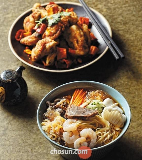 서울 삼성동의 '차이린'은 보기 드물게 중국 냉면에 힘을 주는 식당 중 하나다. 처음에는 기본 육수만으로 오향장육, 해삼과 즐긴다. 땅콩소스를 풀면 직선적인 맛에서 풍성한 느낌으로 변한다. 냉면과 매콤한 '돼지갈비튀김'을 곁들여 먹노라면 여름이 왔다는 기분이 든다. /양수열 영상미디어 기자