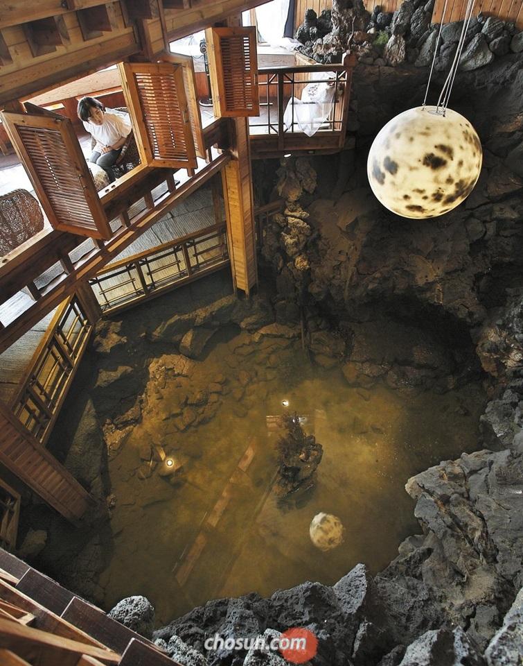 제주시 월령리 '카페월령'. 카페 안에 용암이 굳어져 만들어진 바다 동굴이 숨어 있다.