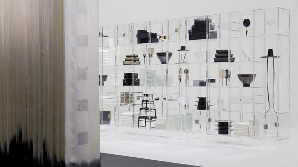 지난 4월 정구호가 연출한 '2019 한국 공예 법고창신' 밀라노 전시. 흑과 백의 간결한 정리가 돋보인다.