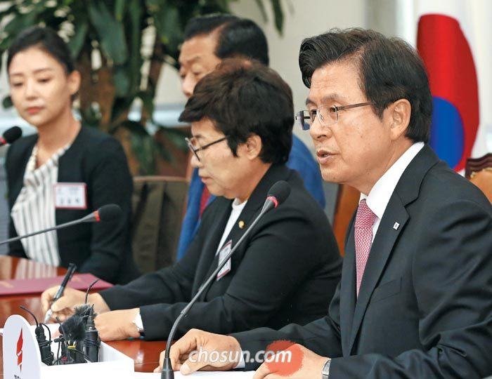 황교안(맨 오른쪽) 자유한국당 대표가 14일 국회에서 열린 당 노동위원회 임명장 수여식에 참석해 발언하고 있다.