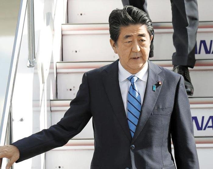 이란을 방문하고 14일 귀국한 아베 신조 일본 총리가 도쿄 하네다공항에 착륙한 전용기에서 내려오고 있다.