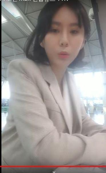 지난 4월 윤지오씨가 캐나다로 출국하면서 자신의 휴대폰으로 공항 출국장에서 생중계 방송을 하고 있다/ 유튜브 캡처