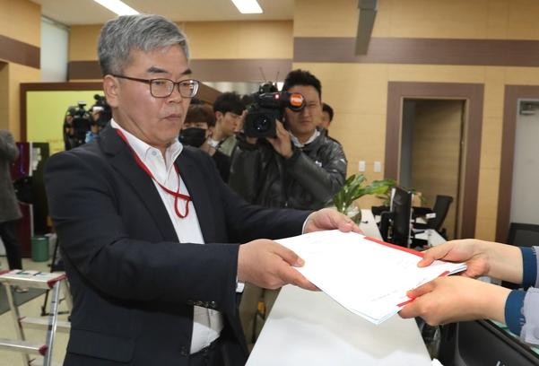 박훈 변호사가 26일 오후 서울지방경찰청에서 윤지오를 사기 혐의로 직접 고발하고 있다. /연합뉴스