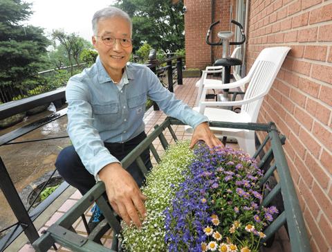 꽃과 나무도 정성 들여 돌보는 김인권 병원장. 이 외진 곳의 집에도 언제나 손님들이 끊이지 않는다고.