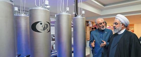 """하산 로하니(오른쪽) 이란 대통령이 '이란 핵기술의 날'인 2019년 4월 9일 수도 테헤란의 핵기술 관련 설비를 시찰하며 알리 아크바르 살레히 이란 원자력청장의 설명을 듣고 있다. 로하니 대통령은 2019년 5월 8일 국영방송 연설에서 """"4년 전 (서방과의) 핵 합의에서 정한 농축 우라늄 보유 한도를 지키지 않겠다""""며 다시 핵 개발에 나서겠다는 방침을 밝혔다. /EPA 연합뉴스"""