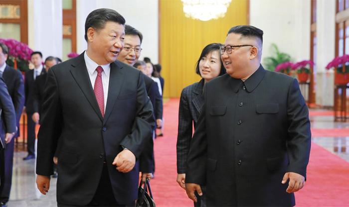 """작년 6월 김정은 訪中때 시진핑 중국 국가주석이 작년 6월 베이징에서 방중(訪中)한 김정은 북한 국무위원장과 대화를 나누고 있다. 중국 신화통신은 17일 """"시 주석이 오는 20~21일 방북할 것""""이라고 보도했다. 시 주석의 방북은 그가 2012년 집권한 이후 처음이다."""