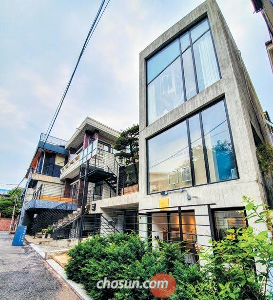 서울 서대문구 연희동에 재생 건축 공법으로 리모델링한 지상 2층 상가주택.