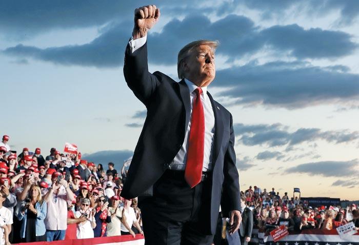 도널드 트럼프 미 대통령이 지난달 20일 펜실베이니아주 몬터스빌 유세에서 주먹 쥔 손을 들어 보이고 있다.