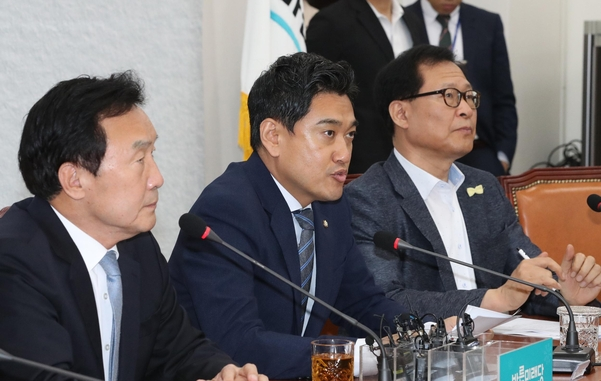 바른미래당 오신환 원내대표가 19일 국회에서 열린 최고위원회의에서 발언하고 있다./연합뉴스