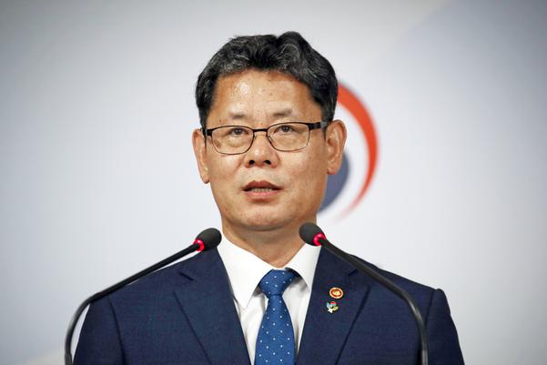 김연철 통일부 장관이 19일 오후 정부서울청사에서 북한 식량난 추가 지원 관련 발표를 하고 있다./연합뉴스