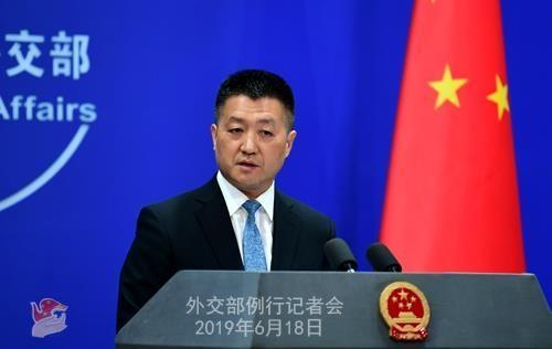루캉 중국 외교부 대변인이 2019년 6월 18일 정례브리핑을 하고 있는 모습. /중국 외교부