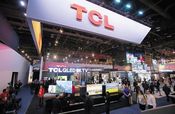 지난 1월 미국 라스베이거스에서 열린 세계 최대 IT(정보기술) 전시회 CES 2019에서 관람객들이 중국 가전업체 TCL의 부스를 관람하고 있다.