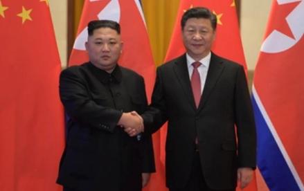 김정은 북한 국무위원장(왼쪽)의 4차례 방중 끝에 시진핑 중국 국가주석이 20일 이틀간의 북한 국빈방문 일정에 들어갔다. /신화망