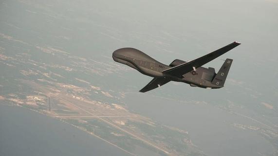 2010년 6월 미국 메릴랜드주(州) 패턱센트강 해군항공기지 상공에서 시험 비행 중인 미군의 정찰용 무인기(드론) 'RQ-4 글로벌 호크'. 이란 혁명수비대는 2019년 6월 20일 호르무즈 해협과 가까운 이란 남부 호르모즈간 영공을 침입해 간첩 활동을 하던 'RQ-4 글로벌 호크'를 대공 방어 시스템으로 격추했다고 밝혔다. /EPA연합뉴스