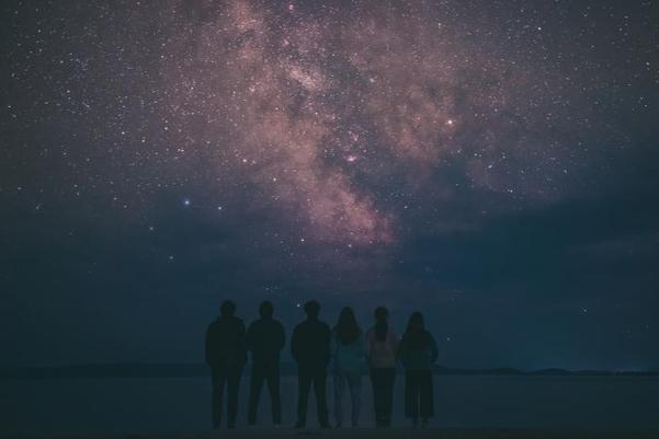 몽골의 밤하늘에 나타난 은하수를 바라보는 여행자들. /윤정욱 작가 제공
