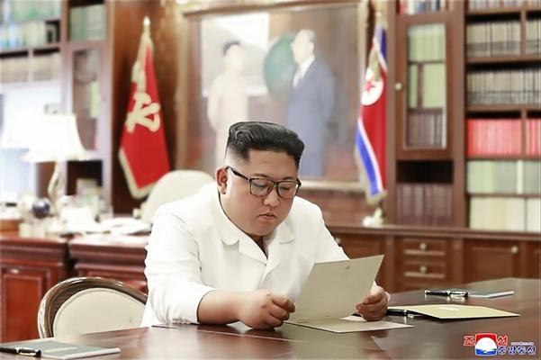 조선중앙통신이 23일 홈페이지에 공개한 사진에서 김정은 북한 국무위원장이 집무실로 보이는 공간에서 트럼프 대통령의 친서를 읽는 모습. /연합뉴스