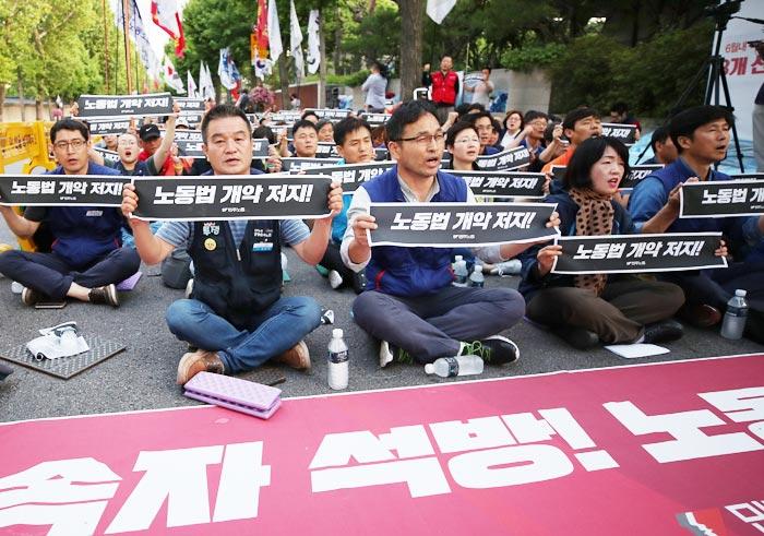 민주노총 수도권 지역 간부들과 조합원 300여명이 22일 청와대 인근에서 전날 구속된 김명환 위원장 석방을 촉구하는 집회를 하고 있다.