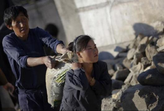 2011년 10월 1일 황해도 해주시에서 한 여성이 식량을 배급받고 있다. 당시 북한에는 태풍으로 인해 심각한 기근이 왔다./조선DB