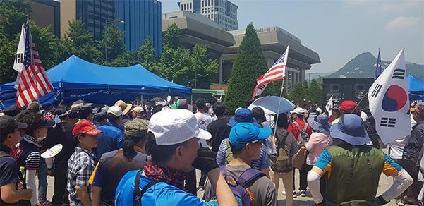 25일 오후 우리공화당이 서울 광화문광장에 농성 천막 3개동을 다시 세우고, 앞에서 집회를 열고 있다. /권오은 기자