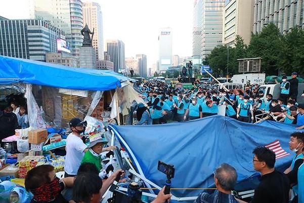 25일 오전 서울시 직원 등 900명이 광화문광장 농성 천막을 철거하고 있다. /연합뉴스