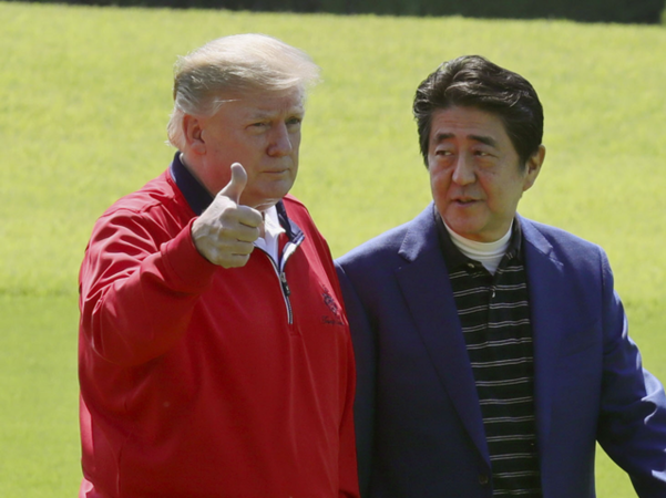 일본을 방문 중인 도널드 트럼프 미국 대통령이 2019년 5월 26일 일본 수도권 지바(千葉)현 모바라(茂原)시의 골프장에 도착한 뒤 아베 신조(安倍晋三) 일본 총리와 만나 엄지손가락을 치켜들고 있다. /연합뉴스