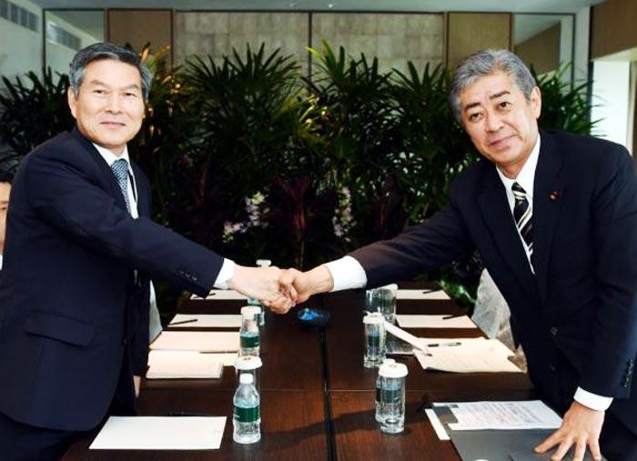정경두(왼쪽) 국방부 장관과 이와야 다케시 일본 방위상이 지난 1일 싱가포르에서 열린 한·일 국방장관 회담 전 악수하고 있다.