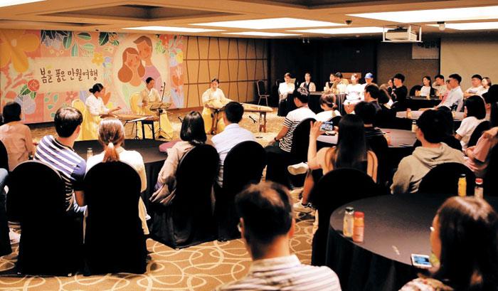 지난해 5월 1박2일 일정으로 진행된 매일유업의 '베이비문' 행사에 참석한 예비 엄마·아빠들이 국악 연주를 감상하고 있다.