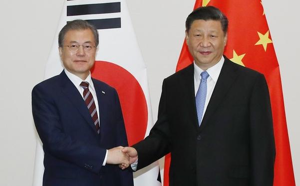 G20(주요 20개국) 정상회의 참석차 일본을 방문한 문재인 대통령이 27일 오후 오사카 웨스틴호텔에서 시진핑 중국 국가주석과 회담하기에 앞서 악수하고 있다./연합뉴스