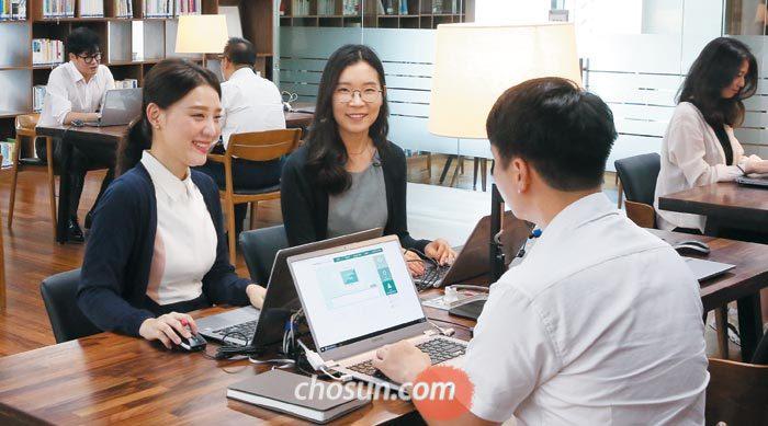 27일 서울 을지로 KEB하나은행 본점에서 직원들이 업무를 보며 대화를 나누고 있다.