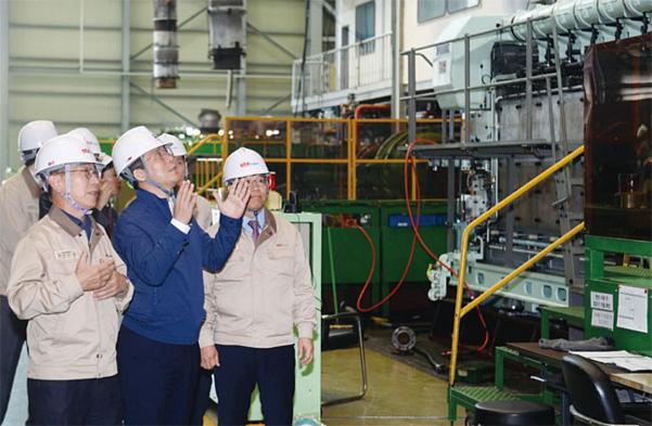 성윤모 산업통상자원부 장관(가운데)이 6월 5일 오전 창원에 있는 선박용 엔진 기업 STX엔진에서 생산 현장을 살펴보고 있다. /연합뉴스