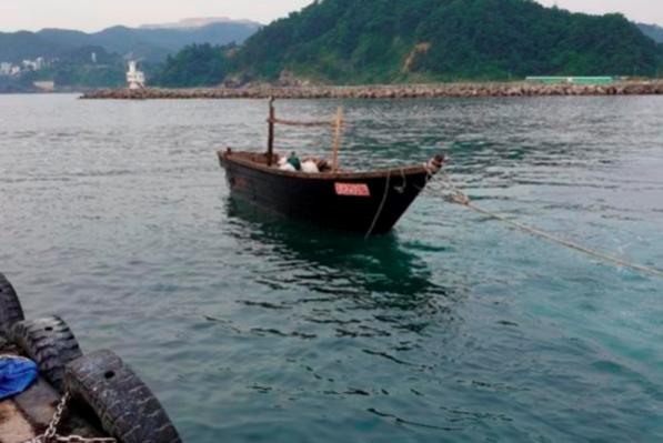 지난달 15일 북한 선원 4명이 탑승했던 목선이 삼척항에 정박돼 있다. /독자 제공