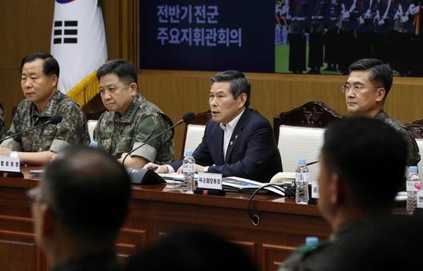 2019 전반기 전군 주요 지휘관회의가 열린 지난 19일 오전 서울 용산구 국방부 대회의실에서 정경두 국방장관이 모두발언을 하고 있다. /뉴시스