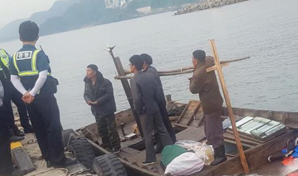 지난달 15일 새벽 삼척항 방파제에 정박한 북한 목선에 타고 있던 북한 선원들을 상대로 112 신고를 받고 출동한 해경이 입항 경위 등에 대해 조사하고 있다. /김경현씨 제공