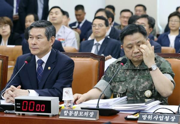 정경두 국방부 장관(왼쪽)과 박한기 합참의장이 3일 오후 열린 국회 국방위원회 전체회의에 참석해 있다. /연합뉴스