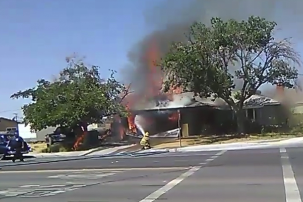 2019년 7월 4일 미국 캘리포니아주 남부 컨카운티 리지크레스트에서 지진이 발생한 뒤 소방관이 화재를 진압하고 있는 모습으로 제보 영상에서 캡처한 사진. /AP 연합뉴스