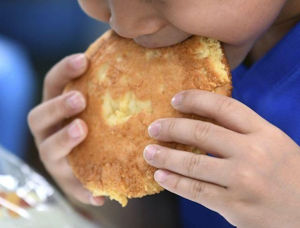 지난 3일 오후 서울 은평구 연신초등학교에서 아이들이 빵과 에너지바, 주스로 대체된 급식을 받아 먹고있다. 이날 영양교사 포함 총 6명 중 비정규직 직원 5명은 파업으로 출근하지 않았다./ 고운호 기자