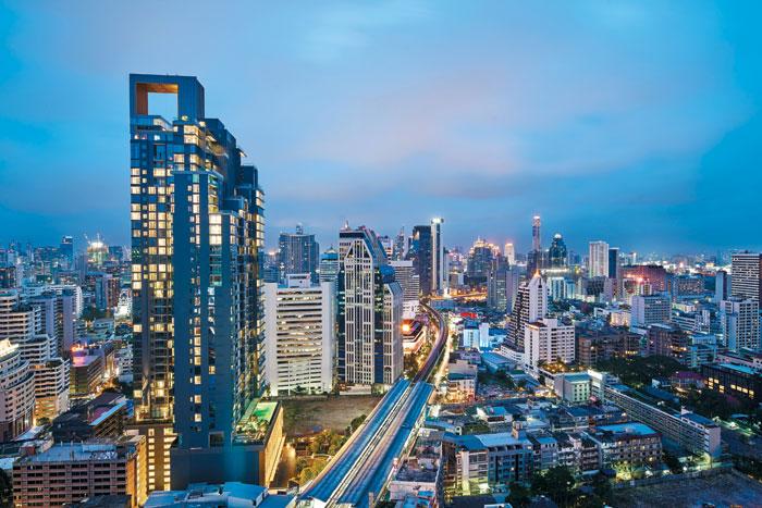 고층 건물이 몰려 있는 태국 방콕 시내 야경은 더위를 잊게 한다. 나나역과 닿아 있는 하얏트 리젠시 스쿰빗의 루프탑 바에서 바라본 전경.