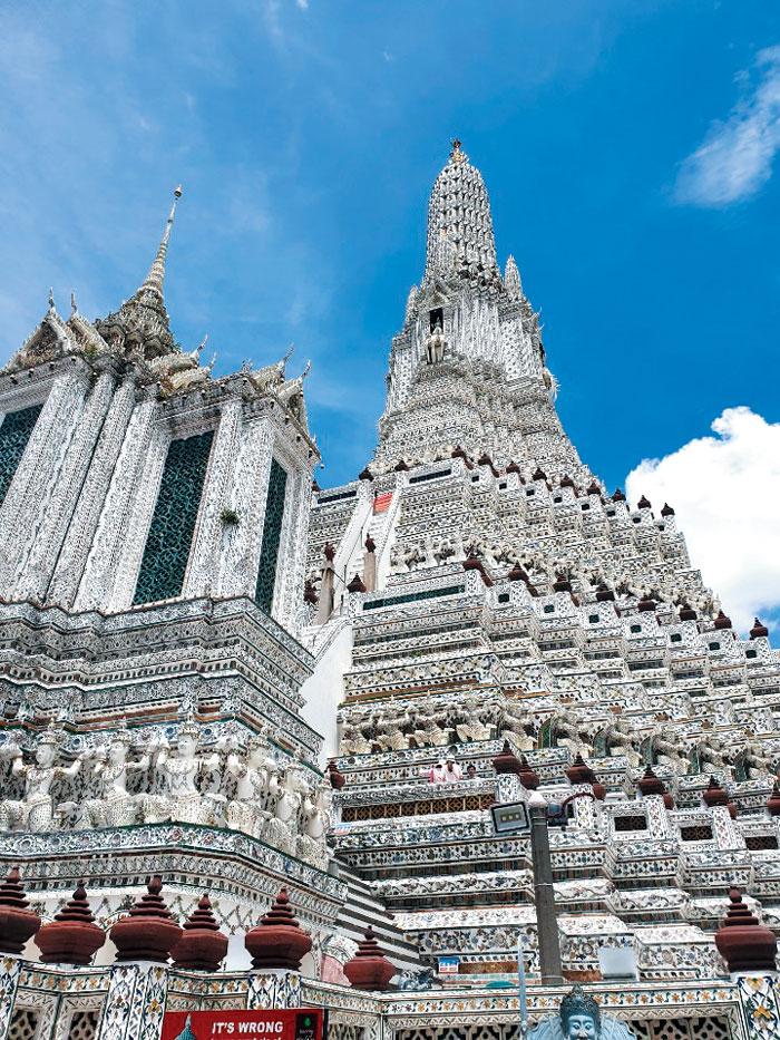 새벽 사원이라 불리는 왓 아룬의 가장 높은 탑은 우주의 중심인 메루산을 상징한다. 400여개 방콕 사원 중 가장 큰 규모다.