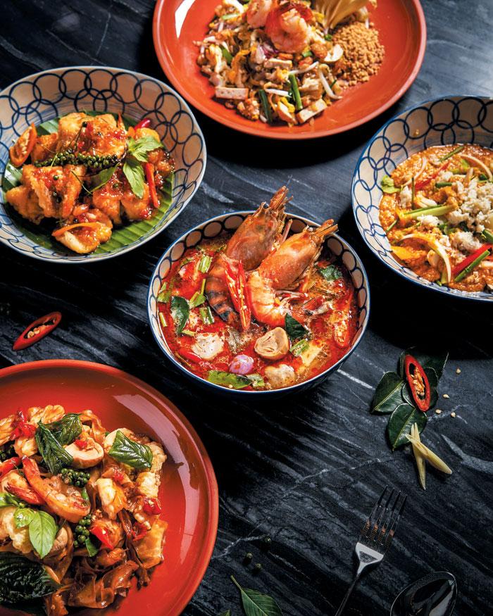 팟타이와 태국식 닭 튀김, 똠양꿍 등도 여행에서 빠질 수 없다.