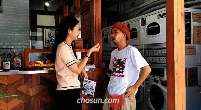 홍콩의 공유 빨래방 '커피 앤드 런드리' 창업자 카톨 로(오른쪽)와 김은주 탐험대원.