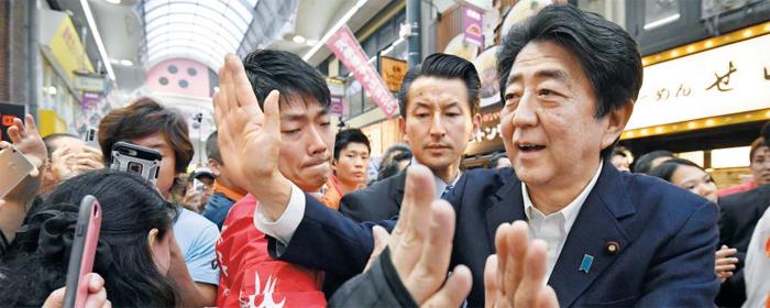 선거 유세 나선 아베 - 오는 21일 실시되는 참의원 선거 유세에 나선 아베 신조(安倍晋三·오른쪽) 일본 총리가 6일 오사카(大阪)의 한 상점가에서 유권자들에게 둘러싸여 손을 흔들고 있다.